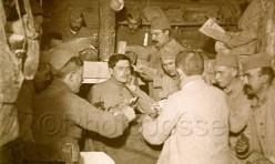 Soldats de la première guerre mondiale jouant à la manille