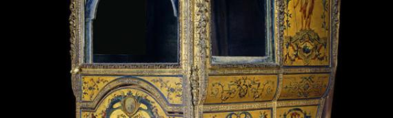 Chaise a porteurs du 17e siècle aux armes d'Orléans. Musée du Petit Palais, paris