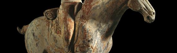 Statuette funéraire chinoise en terre cuite. Cavalier Barbare Hou de la dynastie des Tang.
