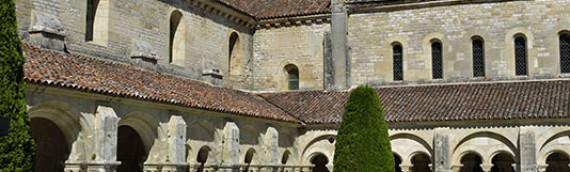 Vue du cloitre et des batiments de l  abbaye de Fontenay à Montbard
